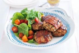 Baconbe tekert friss fűszeres csirke fasírt
