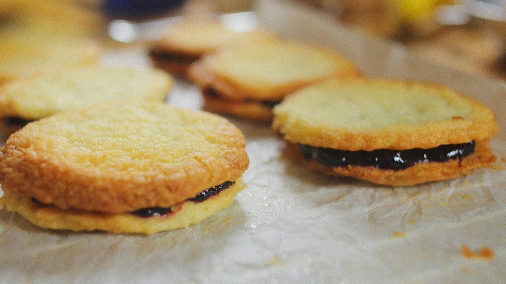 Citromos vajas keksz áfonyalekvárral