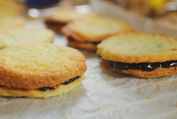 Fél órás házi keksz – Citromos vajas keksz áfonyalekvárral