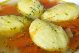 Grízgaluskaleves sok zöldséggel és csirkehússal