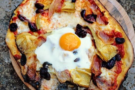 Jamie Oliver – Pizza tojással, prosciutto, articsókával, olíva,mozzarella,bazsalikommal …