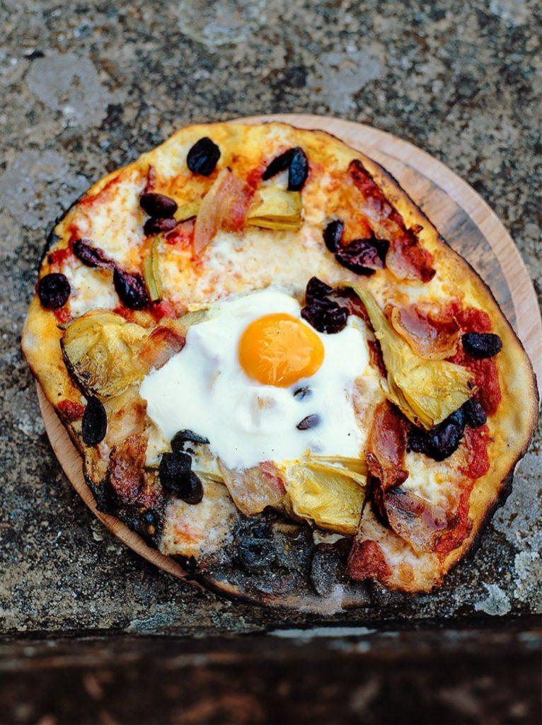 jamie-oliver-tojas-prosciutto-sonka-articsoka-mozzarella-paradicsomszosz-bazsalikom
