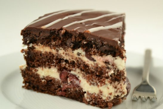 Barnasörös csokoládétorta meggyel