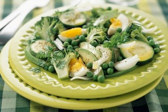 Az év eleji diétához, 10 perces – Avokádós zöldsaláta pirított baconnel, recept