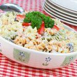 Meleg tésztasaláta sok zöldséggel – Amilyen egyszerű, olyan finom
