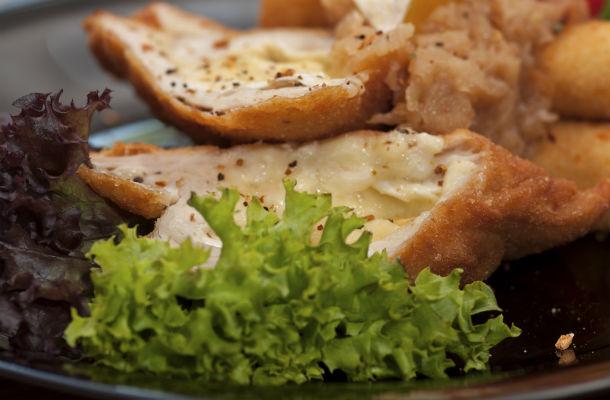 sajttal-toltott-hustekercs-rantva-recept