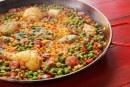 Szárazföldi paella csirkecombokkal és sok kolbásszal, recept