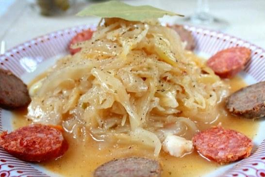 Lengyel szerelem újramelegítve: Savanyú káposzta főzelék füstölt sajttal, hurkával és kolbásszal (glutén-, laktóz-, és cukor mentes), recept