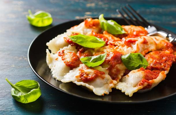 A Házi darált húsos, paradicsomos ravioli Hozzávalói 4 személyre: Tésztához 30 dkg liszt 3 tojás csipet só Töltelékhez 30 dkg darált hús 10 dkg mozzarella 1 fej vöröshagyma só
