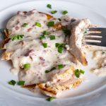 Fokhagymás, sajtos csirkemell serpenyőben sütve – recept