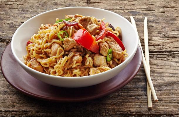 A kínai sült tészta csirkével és zöldségekkel