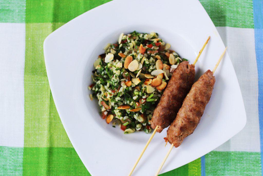 Közel-Keleti Tabulé saláta fűszeres bárány nyárssal