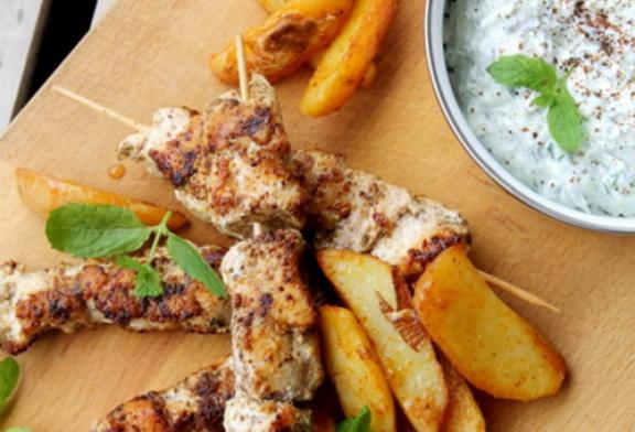 Igazi Görög csirkemell nyárs mentás tzatzikivel, recept