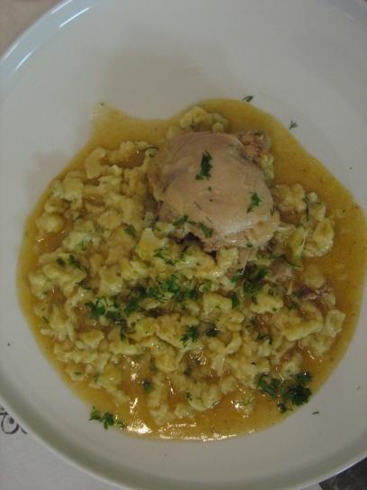 Kapros csirkepaprikás saját levében főtt nokedlivel