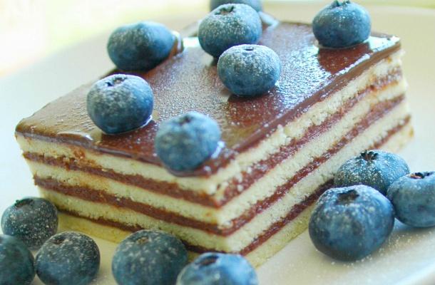 Krémes, vajkaramellás hatlapos sütemény