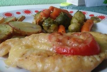 Újhagymával, sajttal, paradicsommal rakott csirkemell recept