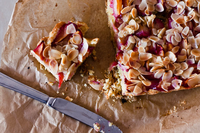 A Szilvás-mandulás diétás süti Elkészítése: 1. Melegítsd elő a sütőt 180 C fokra, és vegyél elő egy kb. 18 cm átmérőjű kerek formát. (De készítheted szögletes formában is.) 2. Robotgéppel verd fel a puha vajat a cukorr