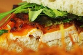 Ropogós bacon, Szaftos csirkemell, Olvadó sajt és friss saláta... Hmmm...