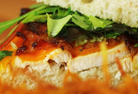 Ropogós bacon, Szaftos csirkemell, Olvadó sajt és friss saláta… Hmmm…