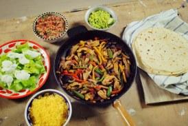 Csirke fajitas és Tortilla, csípős paradicsom salsával és gaucamoléval
