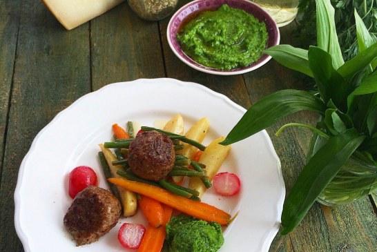 Fűszeres báránygombóc tavaszi zöldségekkel, medvehagyma pesztóval