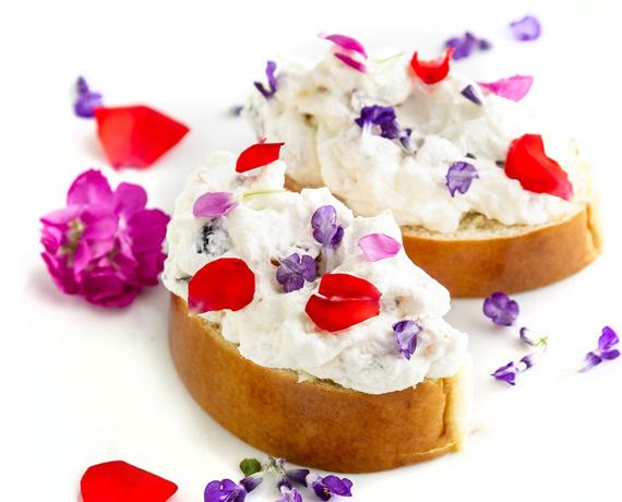 vanilias-kalacs-aszalt-gyumolcs-mascarpone-krem-rozsa