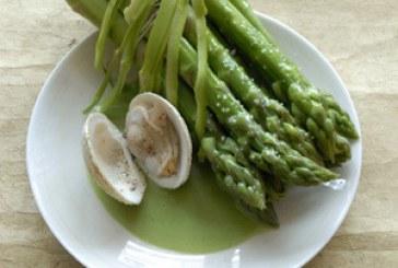 Zöldspárga zöld teamártással, kagylóval
