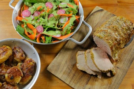Jön a Hétvége: Egészben sült karaj zöld salátával – Serpenyős sült krumplival