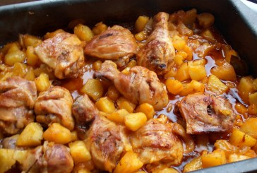 Tepsis csirke burgonyával, csodás szósszal – Fejedelmi főétel gyorsan a sütőből!