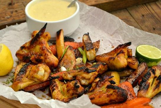 Sült csirkeszárny gyökérzöldségekkel, kéksajtos majonézzel