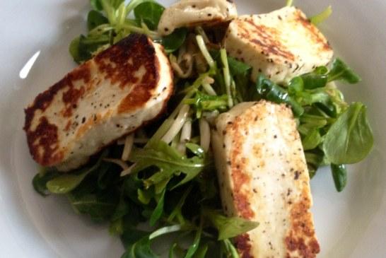 5 perces: Grillezett sajt, saláta ágyon – recept
