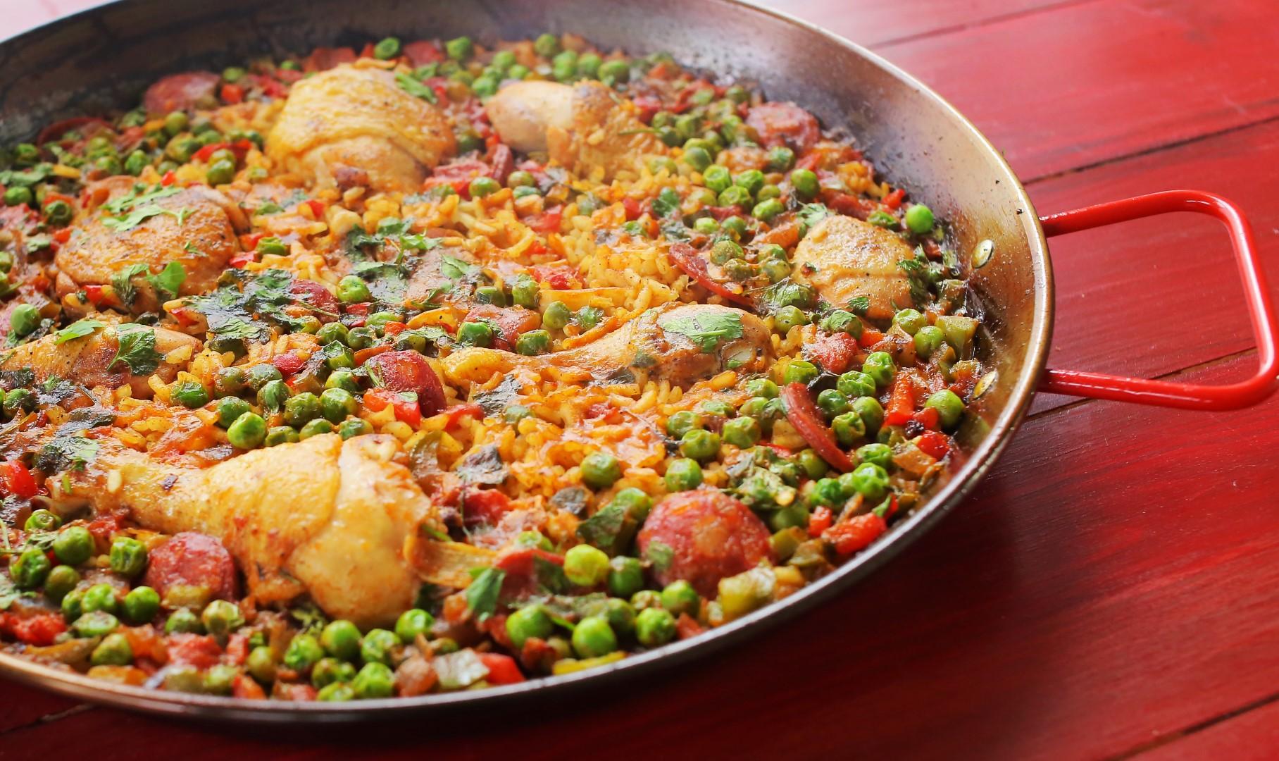 Szárazföldi paella csirkecombokkal és sok kolbásszal
