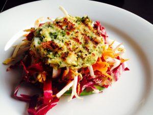 Friss Zöldkorianderes halpogácsa, keleti salátával