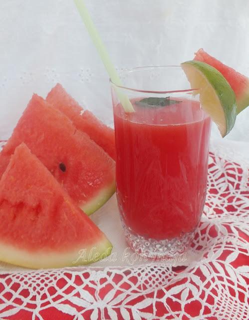 A Görögdinnye limonádé Hozzávalók: 4 szelet görögdinnye, 2 evőkanál barnacukor, 1 lime, mentalevél A Görögdinnye limonádé Elkészítése: