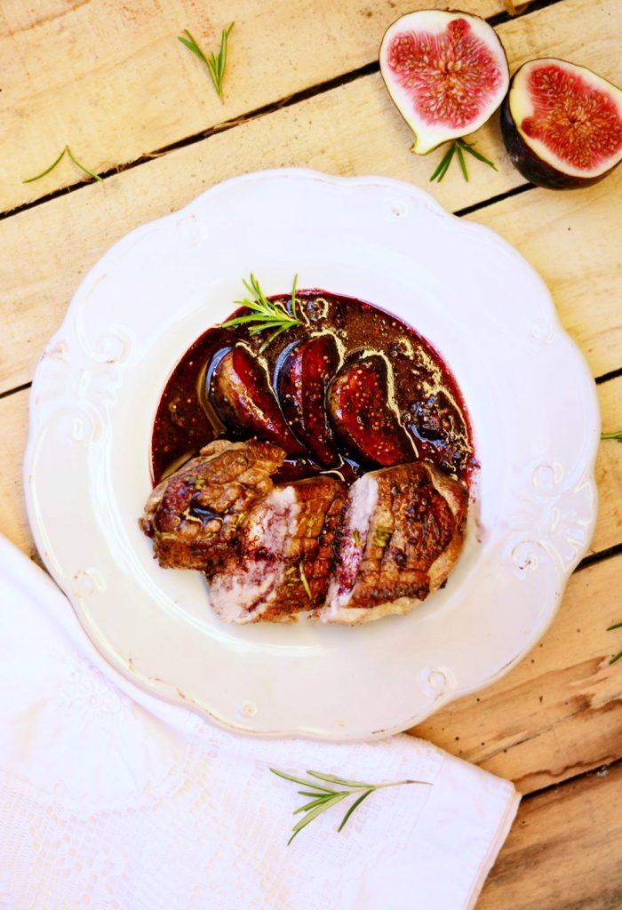 a Rosé kacsamell vörösboros-rozmaringos fügével Hozzávalói:(4 személyre) 4 pecsenyekacsa-mell (egyenként 20 dekásak voltak) 4 füge 6 dl vörösbor (én száraz Simon kékportugált (kékoportót) használtam) 2 ek barnacukor 2 ág rozmaring