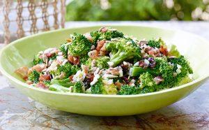 Baconös-brokkolis saláta
