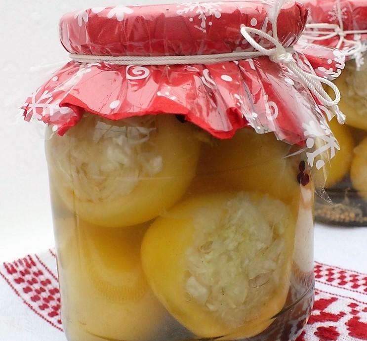 Ecetes almapaprika káposztával töltve