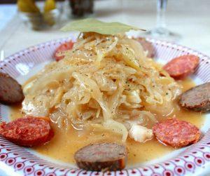 Lengyel szerelem újramelegítve: Savanyú káposzta főzelék füstölt sajttal, hurkával és kolbásszal (glutén-, laktóz-, és cukor mentes)