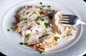 Fokhagymás, sajtos csirkemell serpenyőben sütve