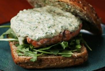 Dobd fel bármelyik hétköznap estéd mennyei fűszeres lazacburgerrel!, recept