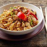 A kínai sült tészta csirkével és zöldségekkel – recept