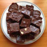 Piros mogyorós csokoládé házilag, recept