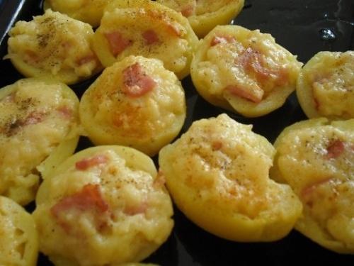 Tejfölös sonkával és tojással töltött burgonya sajttal megszórva