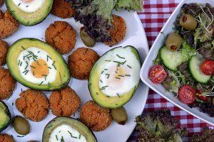 Vega vacsora: avokádóban sült tojás kölesfasírttal