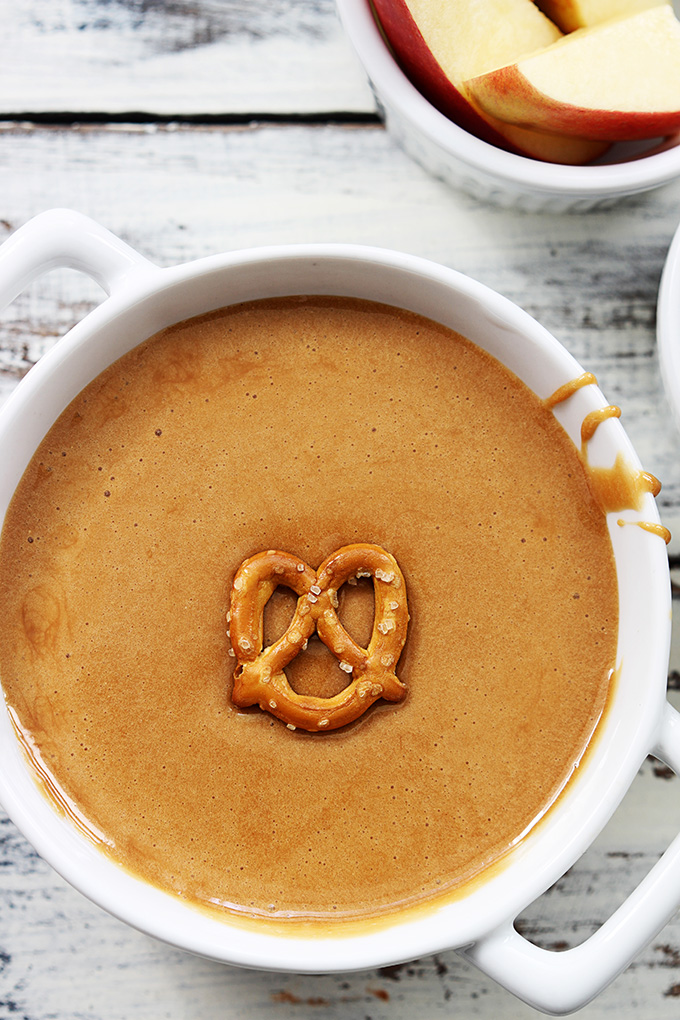 A Krémes karamellfondü 3 összetevőből Hozzávalói:  25 kocka puha tejkaramella 1/3 csésze zsíros tejszín 1/3 csésze mini pillecukor   A Krémes karamellfondü 3 összetevőből Elkészítése: