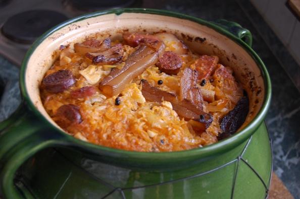 A Töltött káposzta gazdagon hozzávalói: A férjem először is elkészítette a tölteléket: Közel 2 kg (1.8) darált sertés hús 3 csésze rizs, (ez kb 70-75 dkg lehetett) 2 nagy fej vöröshagyma só bors pirospaprika