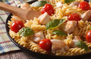 20 perc alatt: Meleg csirkés tésztasaláta