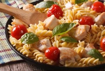 20 perc alatt: Meleg csirkés tésztasaláta, recept