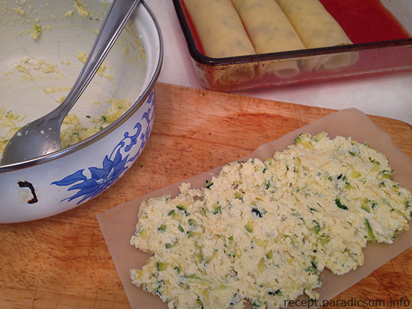 A Cukkinis-paradicsomos lasagne tekercs hozzávalói 2 fő részére  1 kisebb cukkini (vagy egy nagyobb fele) 20 dkg túró 1 tojás 3 közepes paradicsom 6 lasagne tésztalap 5 dkg parmezán