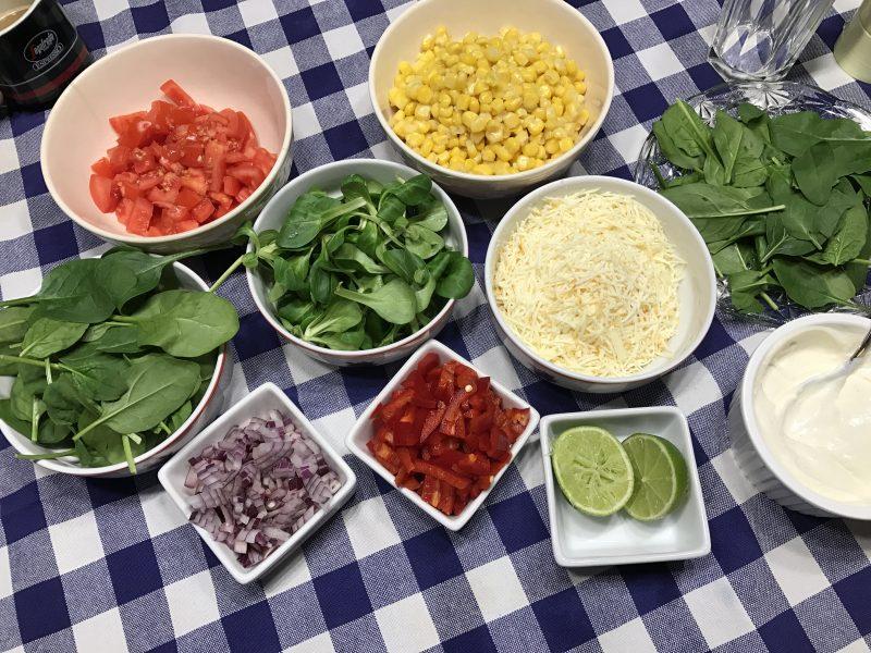 A Mexikói chilis marha - interaktív wrap elkészítése: Lényegében egy majdnem bolognai szószot főzünk először: serpenyő + olíva olaj+hagyma+fokhagyma, lepirít majd mehet bele a hús.